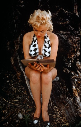 USA. Long Island. US actress Marilyn MONROE reading James Joyce. 1955.